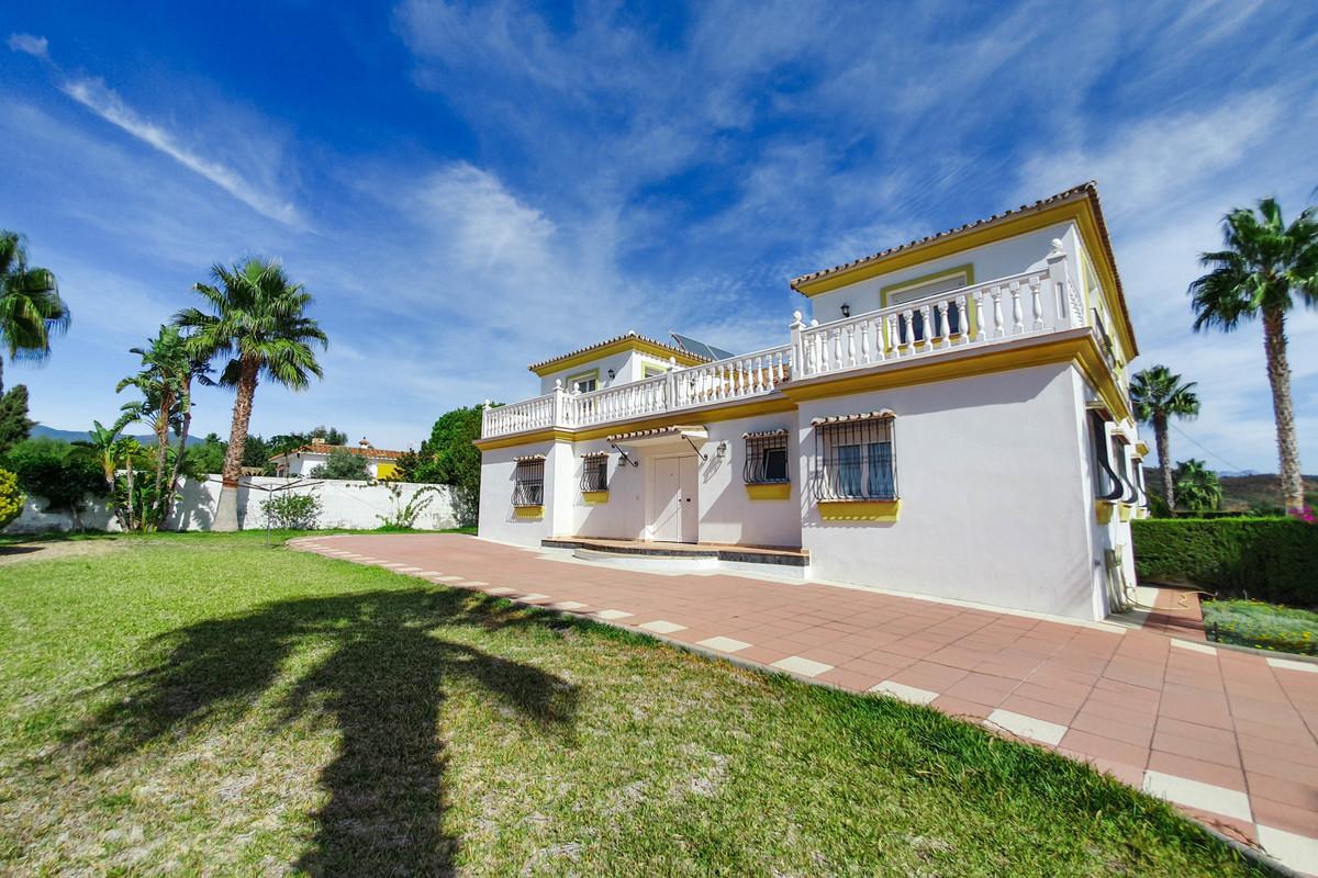 Detached Villa for sale in Estepona R3537742