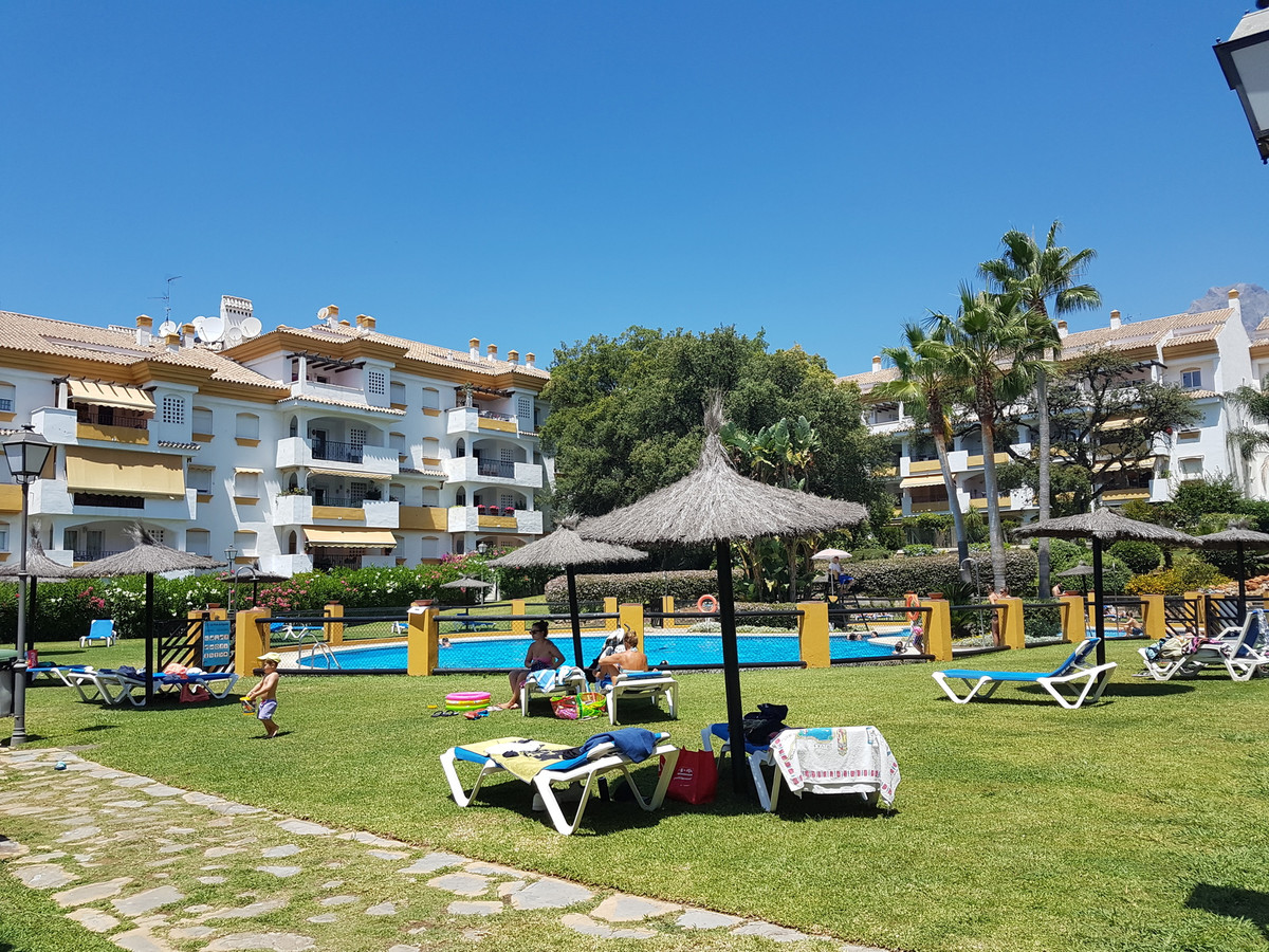 In Nagueles, in full gold mile we find this property distributed in 2 levels. on the first level it ,Spain