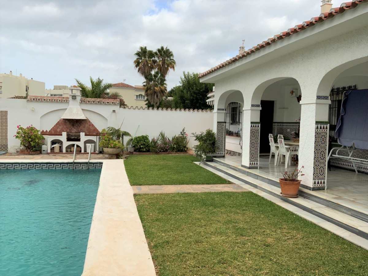 Independent one-story villa with private pool and located on the corner, to reform and with four bed,Spain
