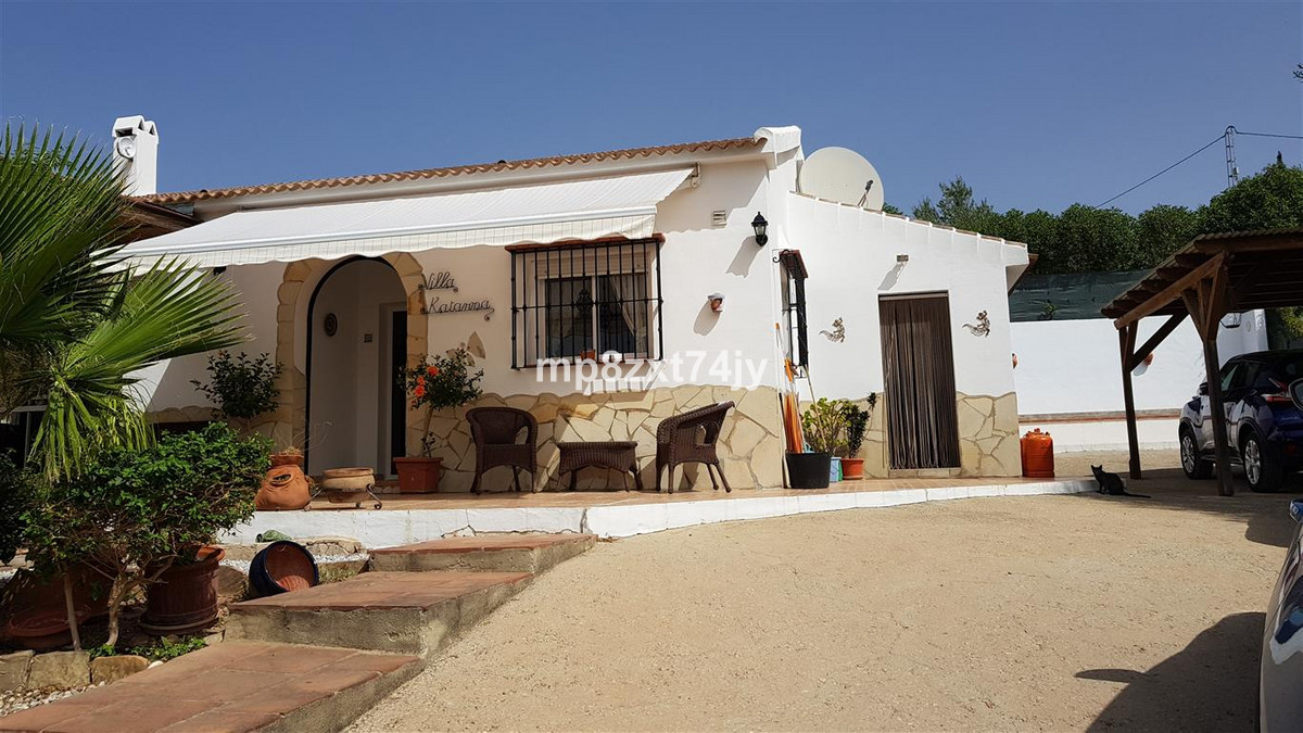 This beautifully presented and maintained Villa is accessed from a short lane in the tranquil area t,Spain