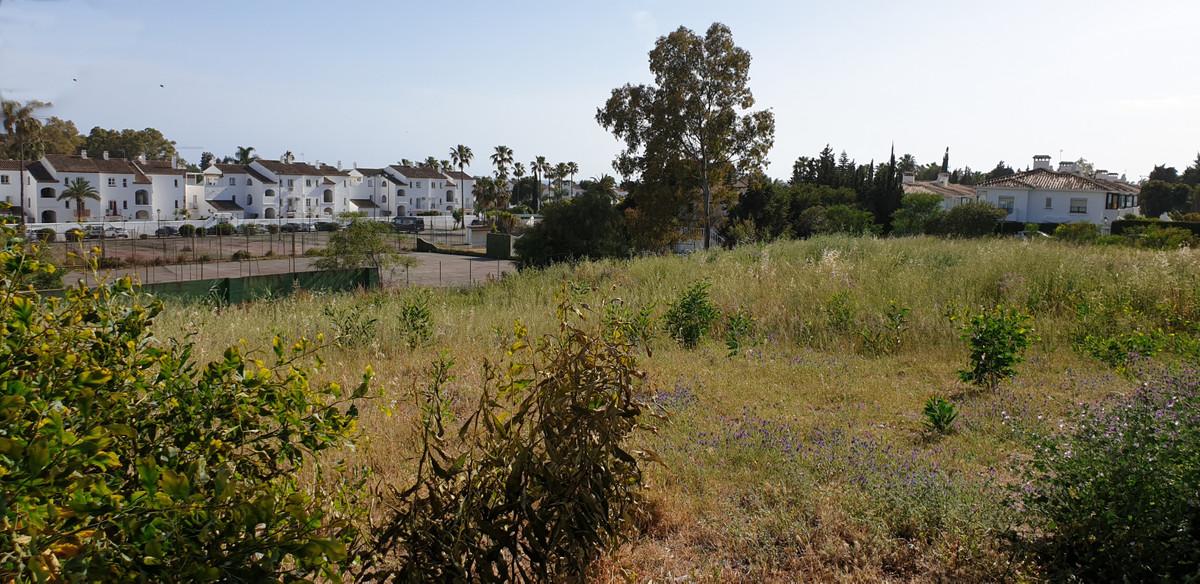 Residental plot for sale in the popular are El Paraiso Medio , Benavista-Estepona with 25 % building,Spain