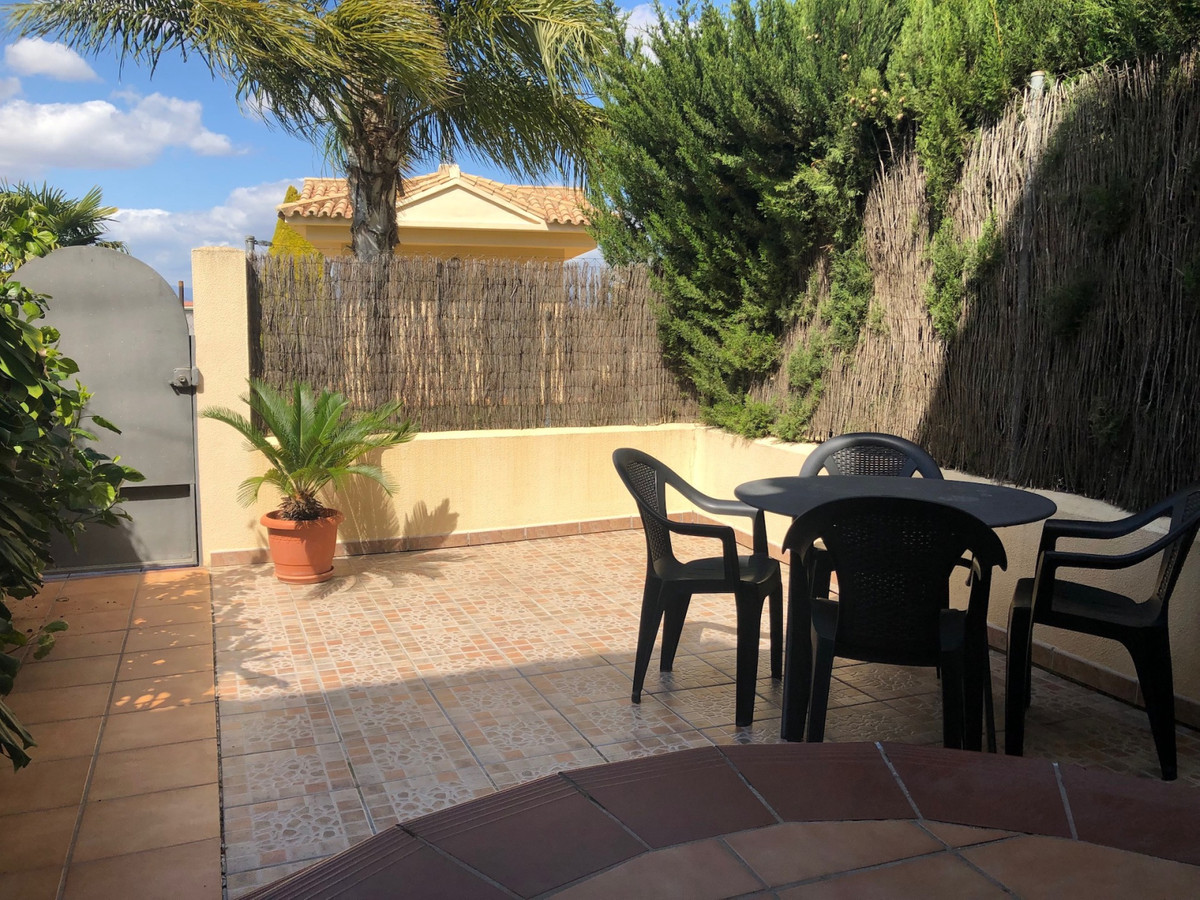 Bright townhouse in beautiful closed community with pool. For this house you have to be fast. Great ,Spain
