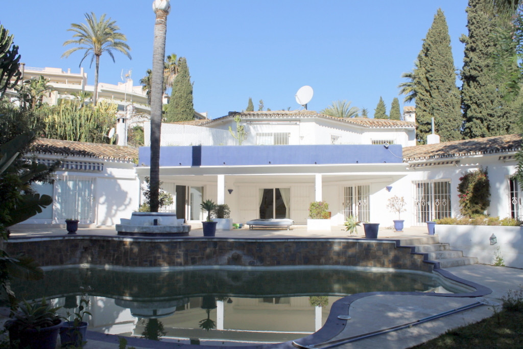 Spacious villa in need of total reform or rebuilding in a great area of Nueva Andalucia second line ,Spain