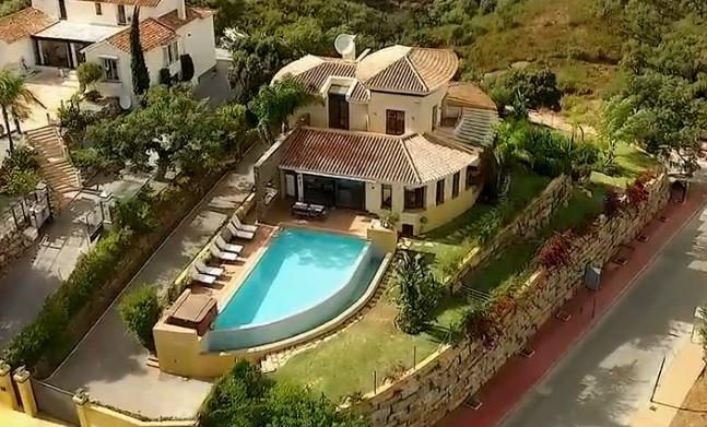 5-bed-Detached Villa for Sale in La Mairena