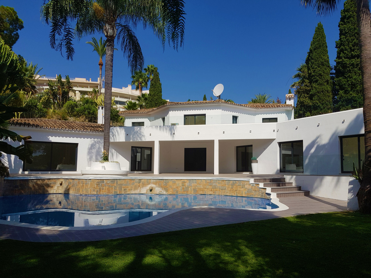 Detached Villa in Nueva Andalucía R3410734