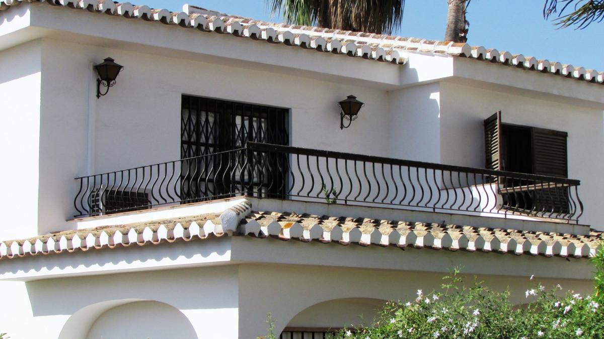 Preciosa y unica villa en dos plantas, de 5 dormitorios y 3 banos, con una parcela de 455m2. Situada,Spain