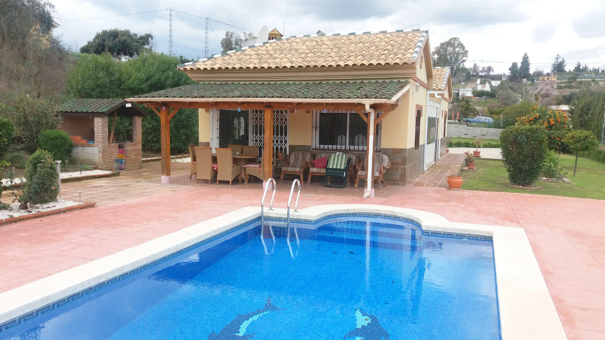 Well maintained Country Chalet Bungalow 2 bedrooms swimming Pool. The property is registered within ,Spain