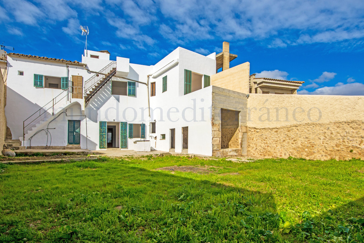 Large townhouse with sea views and sunny garden to be reformed in Campanet, the property can be exte,Spain