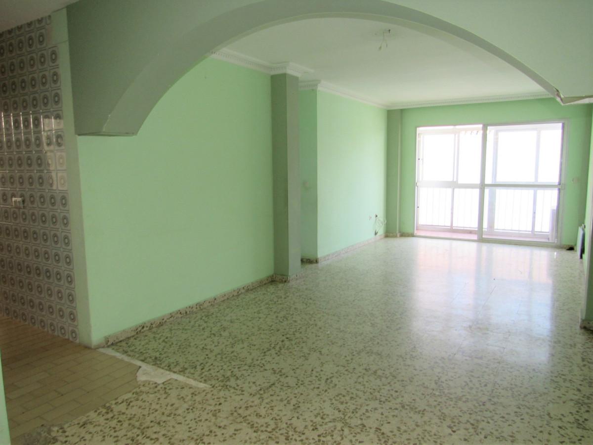 Middle Floor Apartment, Estepona, Costa del Sol. 3 Bedrooms, 1 Bathroom, Built 83 m².  Setting : Tow,Spain