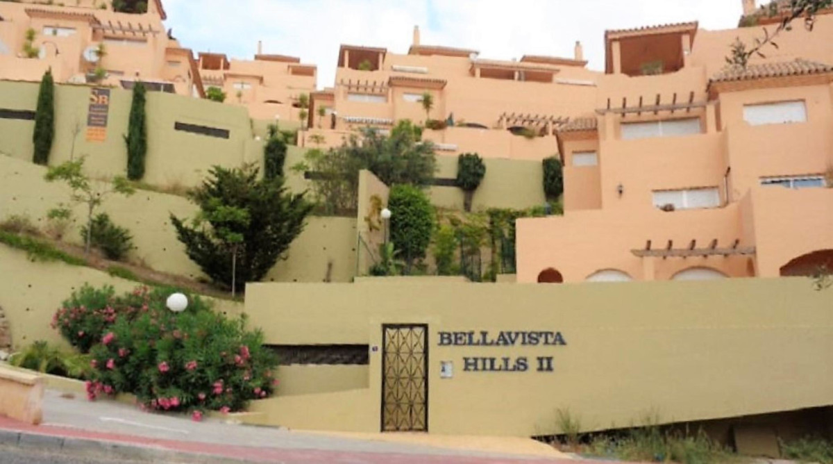 Middle Floor Apartment, Calahonda, Costa del Sol. 2 Bedrooms, 2 Bathrooms, Built 98 m².  Setting : C,Spain