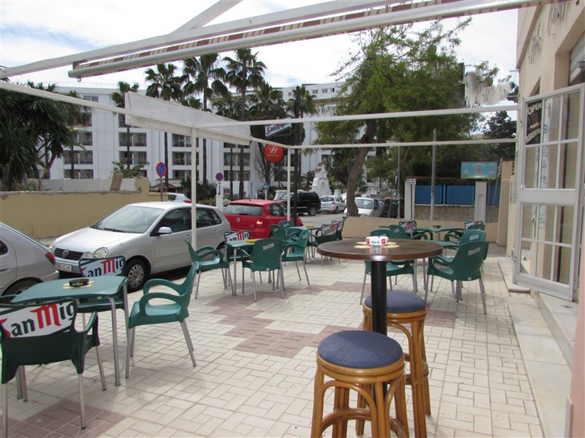 Freehold of a busy bar close to the beach in Torremolinos and surrounded by popular hotels. In the z,Spain