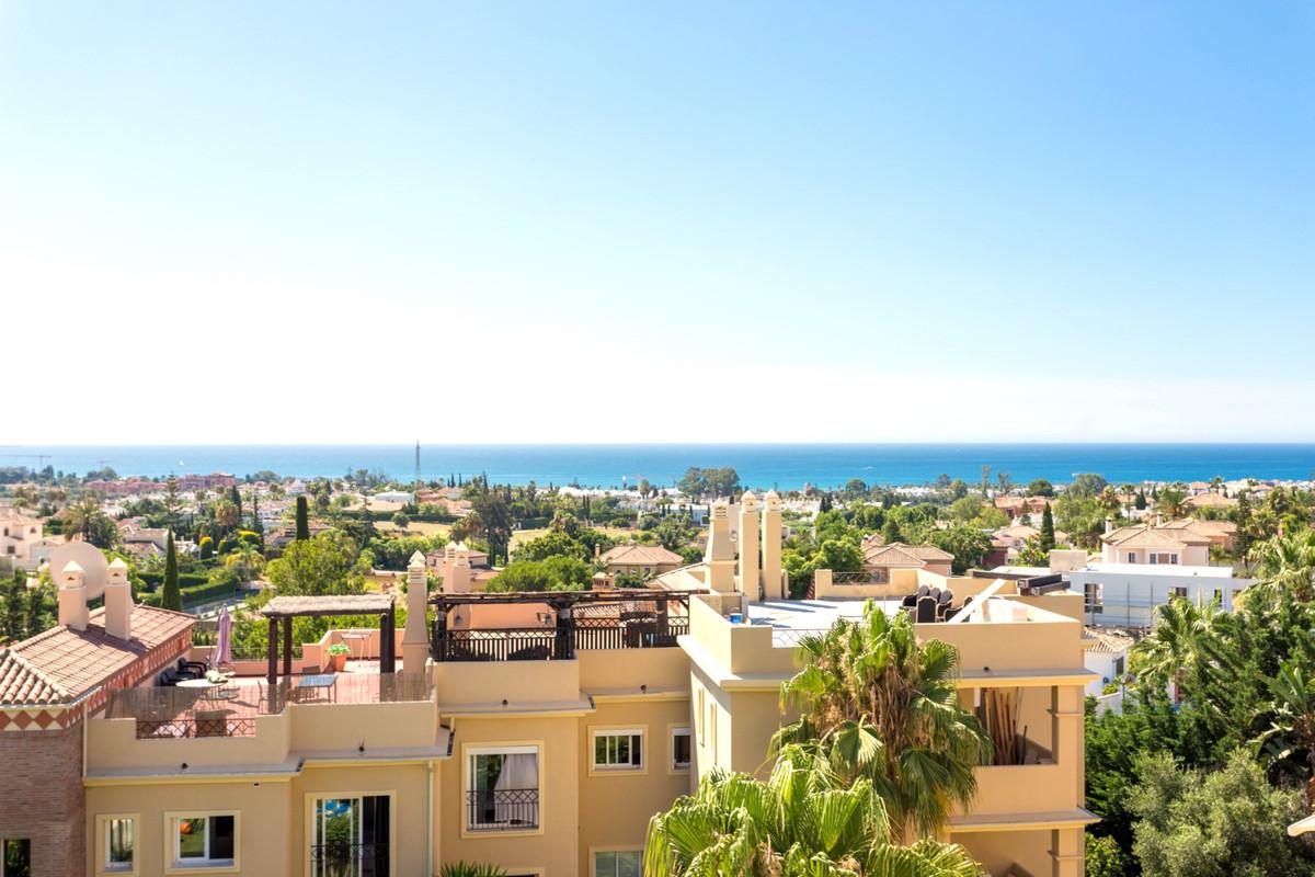 Magnificent penthouse in El Paraiso Alto!  We have the pleasure of presenting this unique penthouse ,Spain