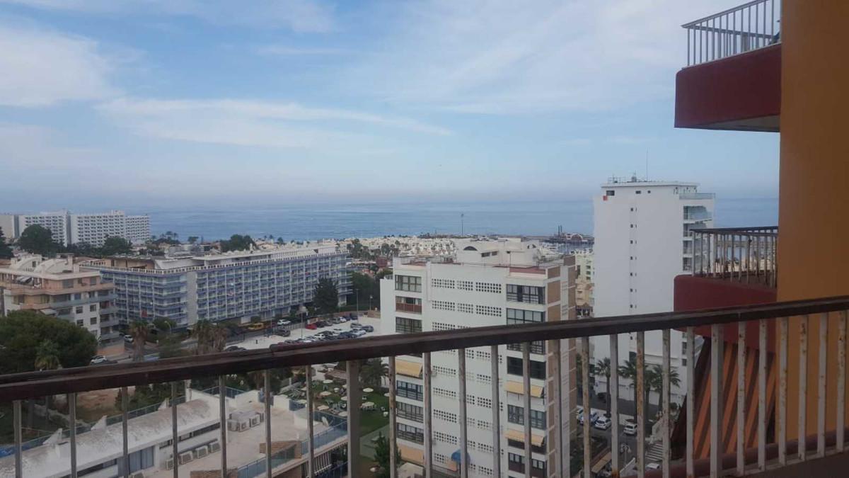 Piso de dos dormitorios junto a Puerto Marina y a menos de 5 minutos de la playa y del puerto deport,Spain