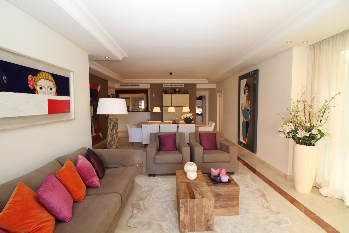 Apartamento con 3 Dormitorios en Venta Estepona