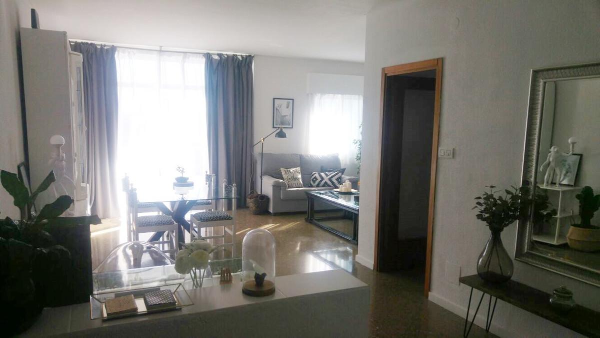 Piso en Benalmadena Costa a 300 mts de la playa. Distribuido en hall, salon comedor amplio con acces,Spain