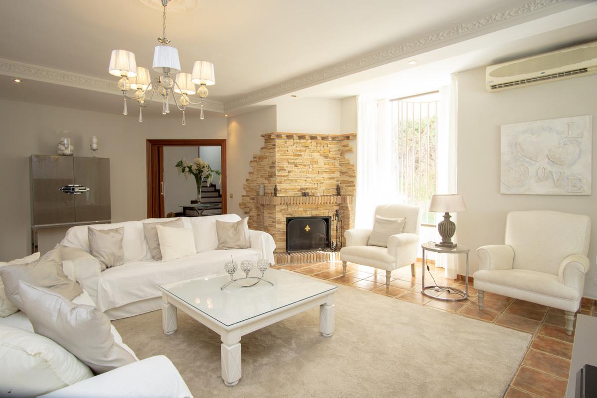 House in Artola R3266842 10