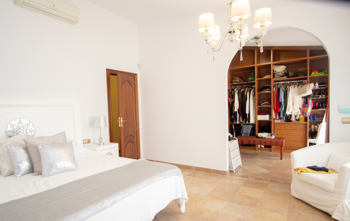 House in Artola R3266842 15
