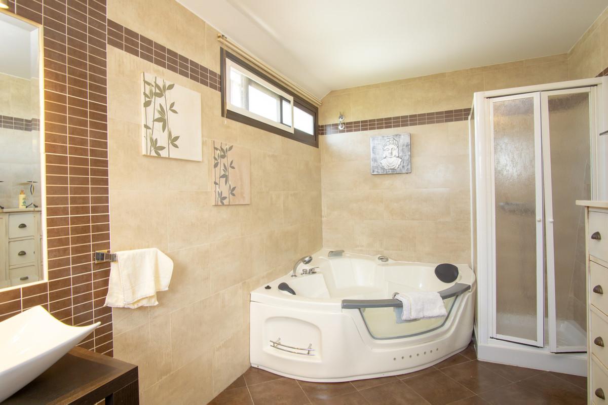 House in Artola R3266842 18