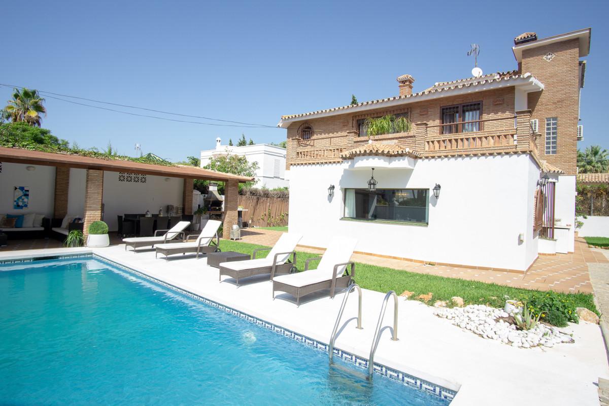 House in Artola R3266842 2