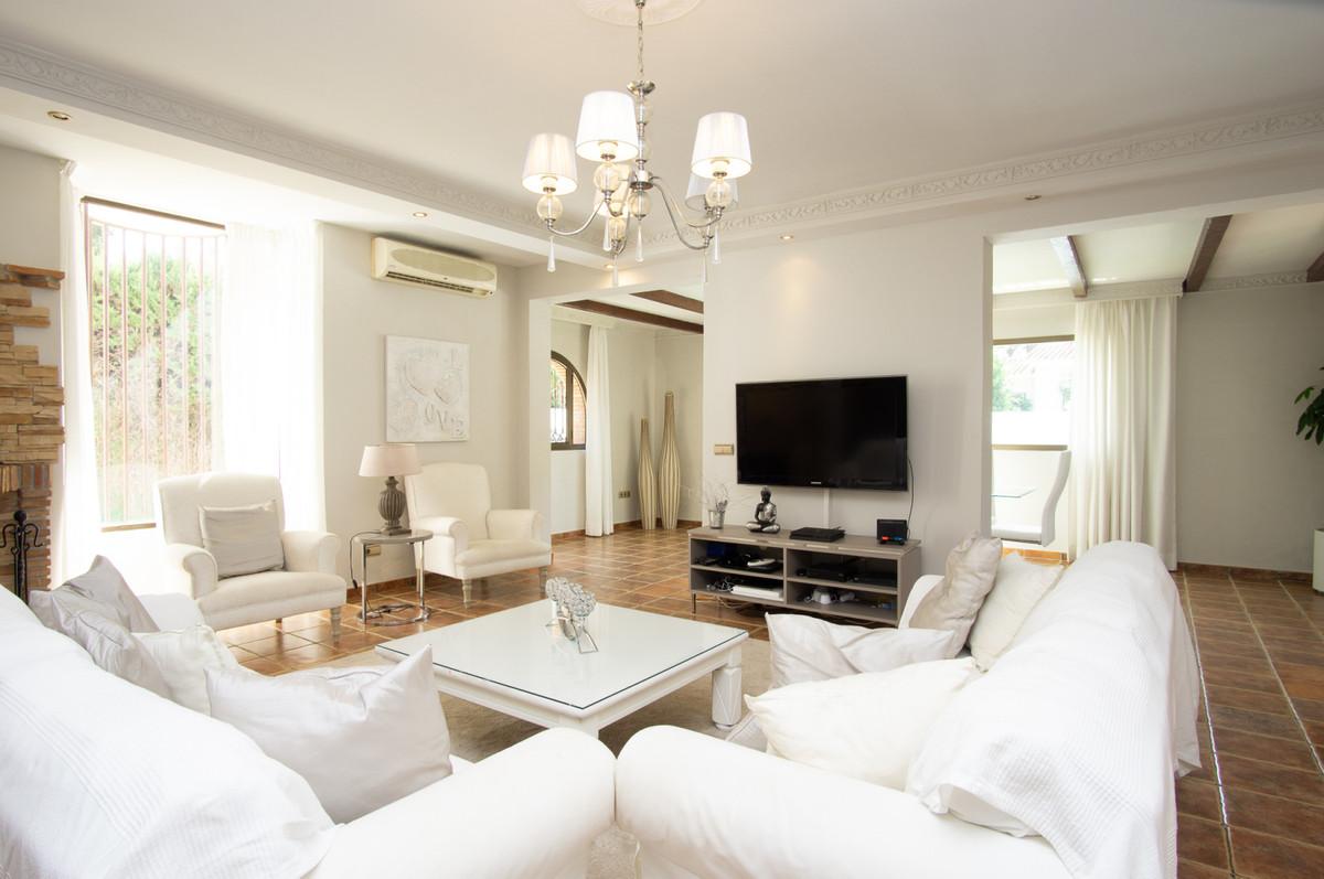 House in Artola R3266842 4