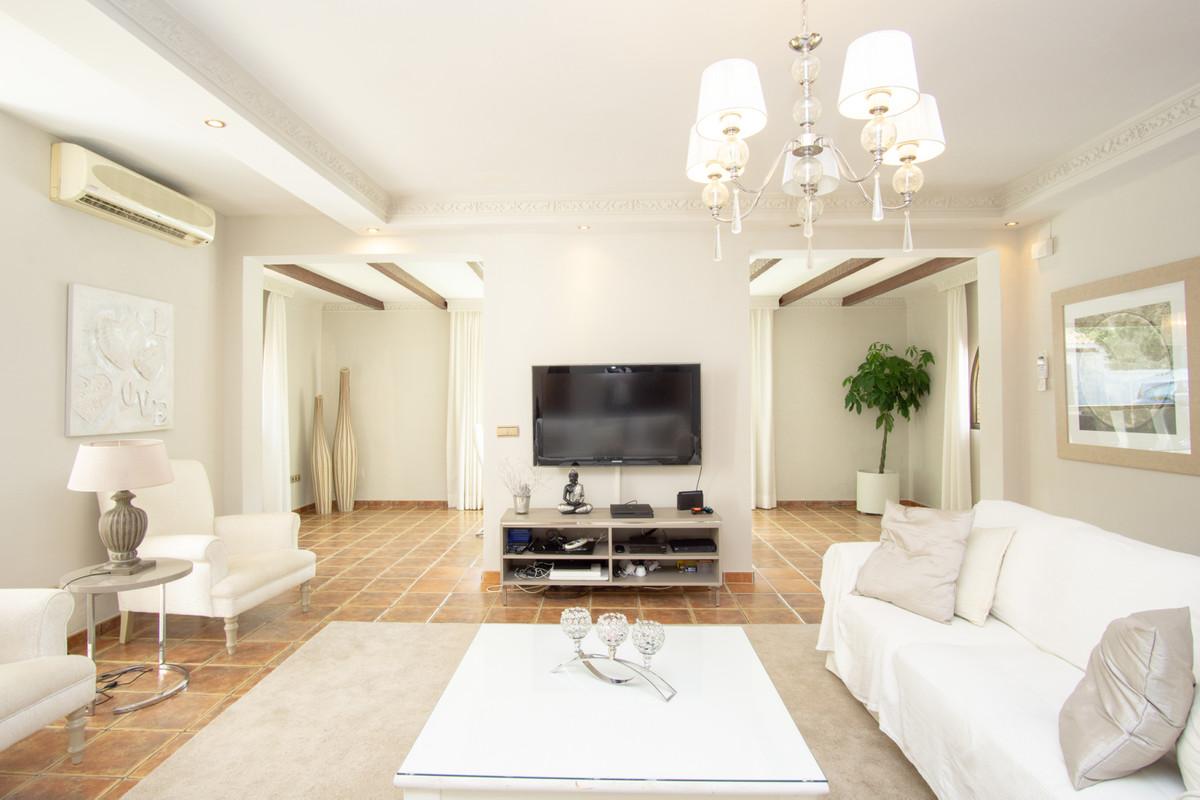 House in Artola R3266842 5