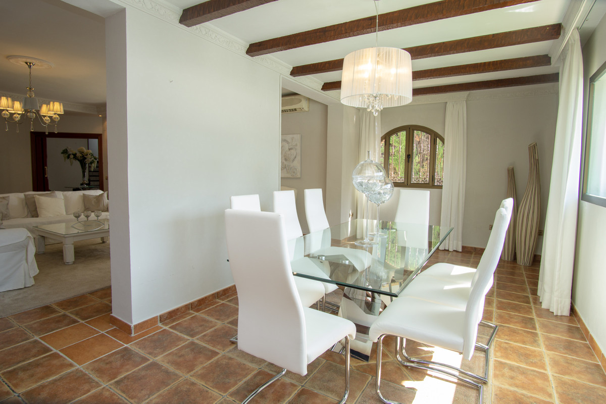 House in Artola R3266842 6
