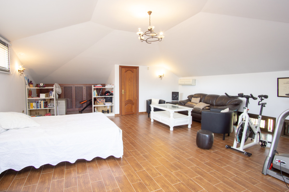 House in Artola R3266842 8
