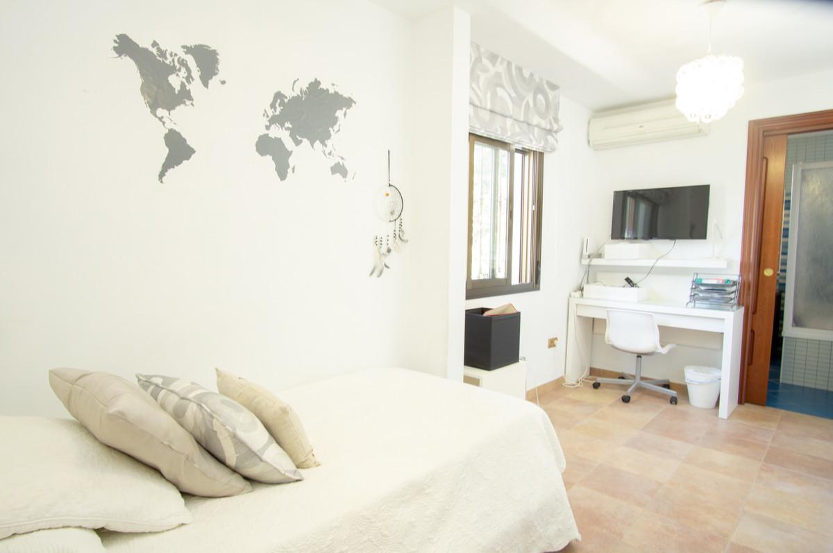 House in Artola R3266842 9