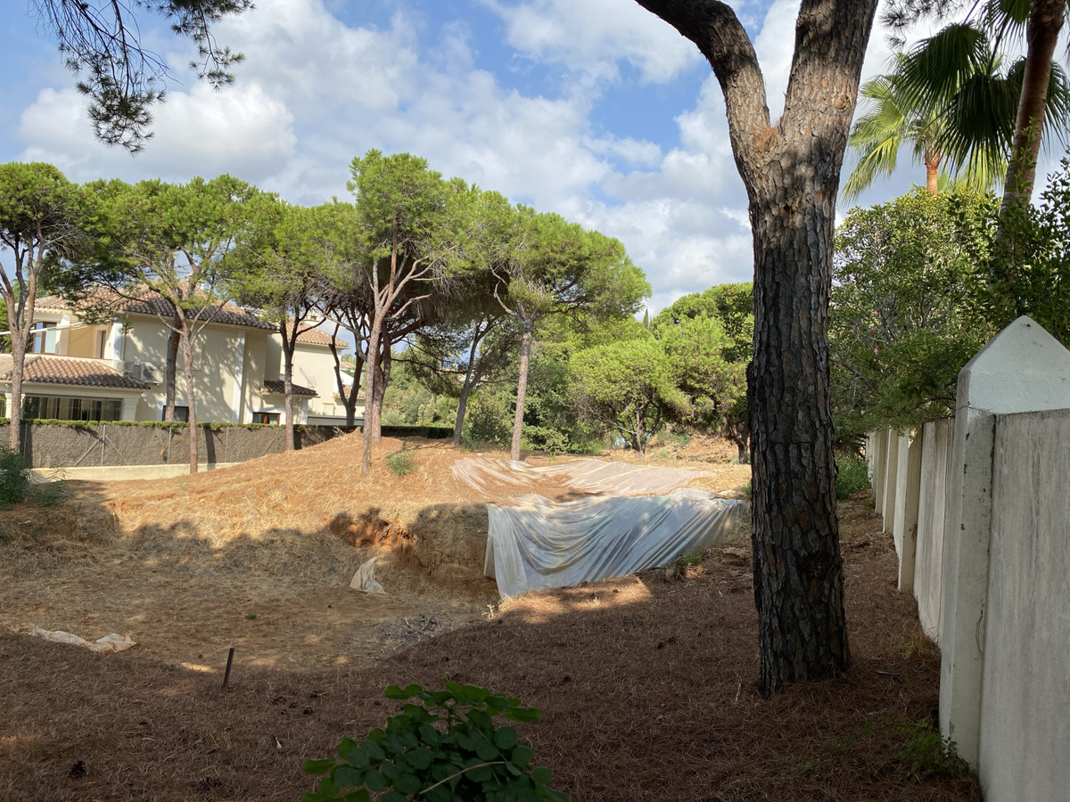 Plot to build a 300 m2 villa with project and construction license, located in the prestigious Hacie,Spain
