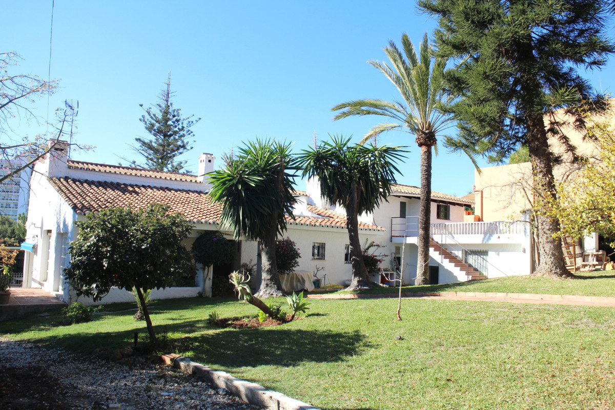 4 bed sea view Villa with terraces andalusian patio. It has 1,355 m2 of plot and 400 m2 of built are,Spain