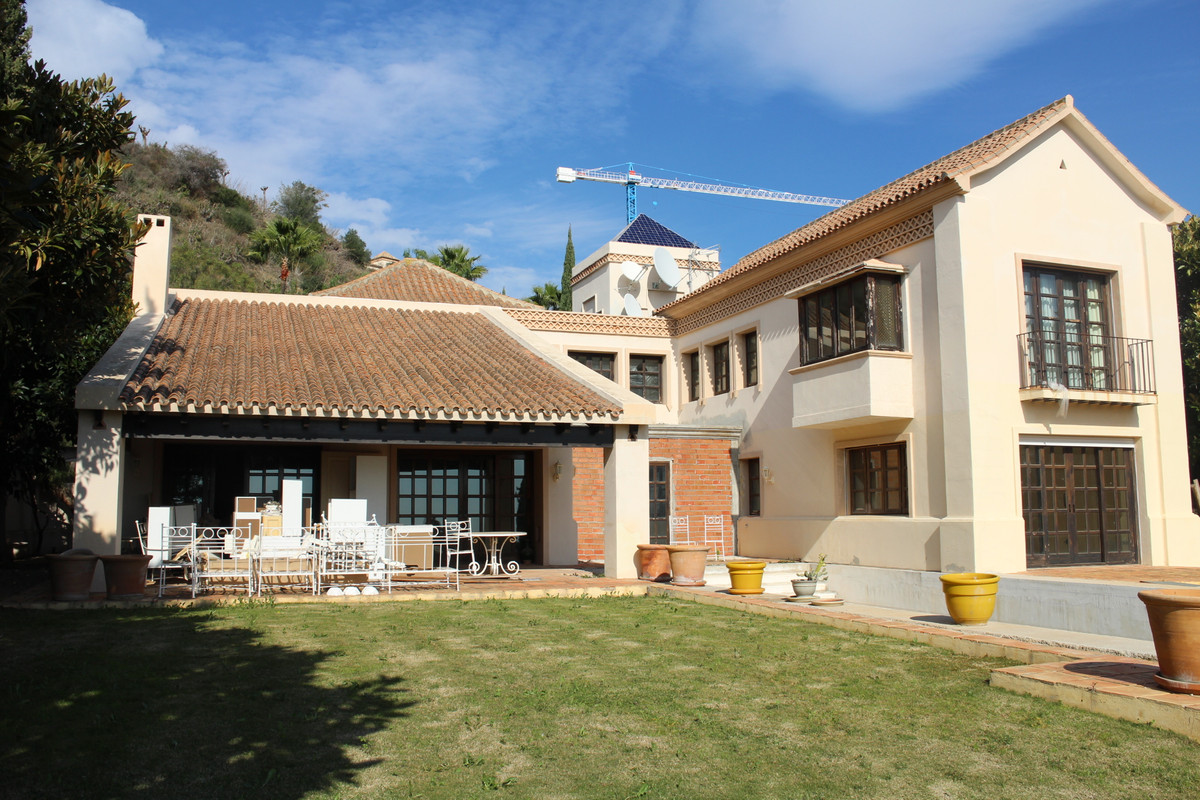 Traditional style villa built on 2 floors on the 1573m2 plot. 449m2 are distributed in 4 bedrooms an,Spain