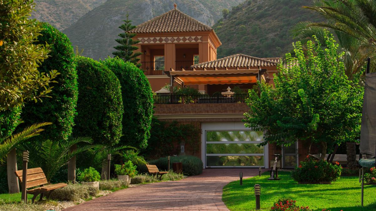 5 Bed Villa For Sale in Sierra Blanca