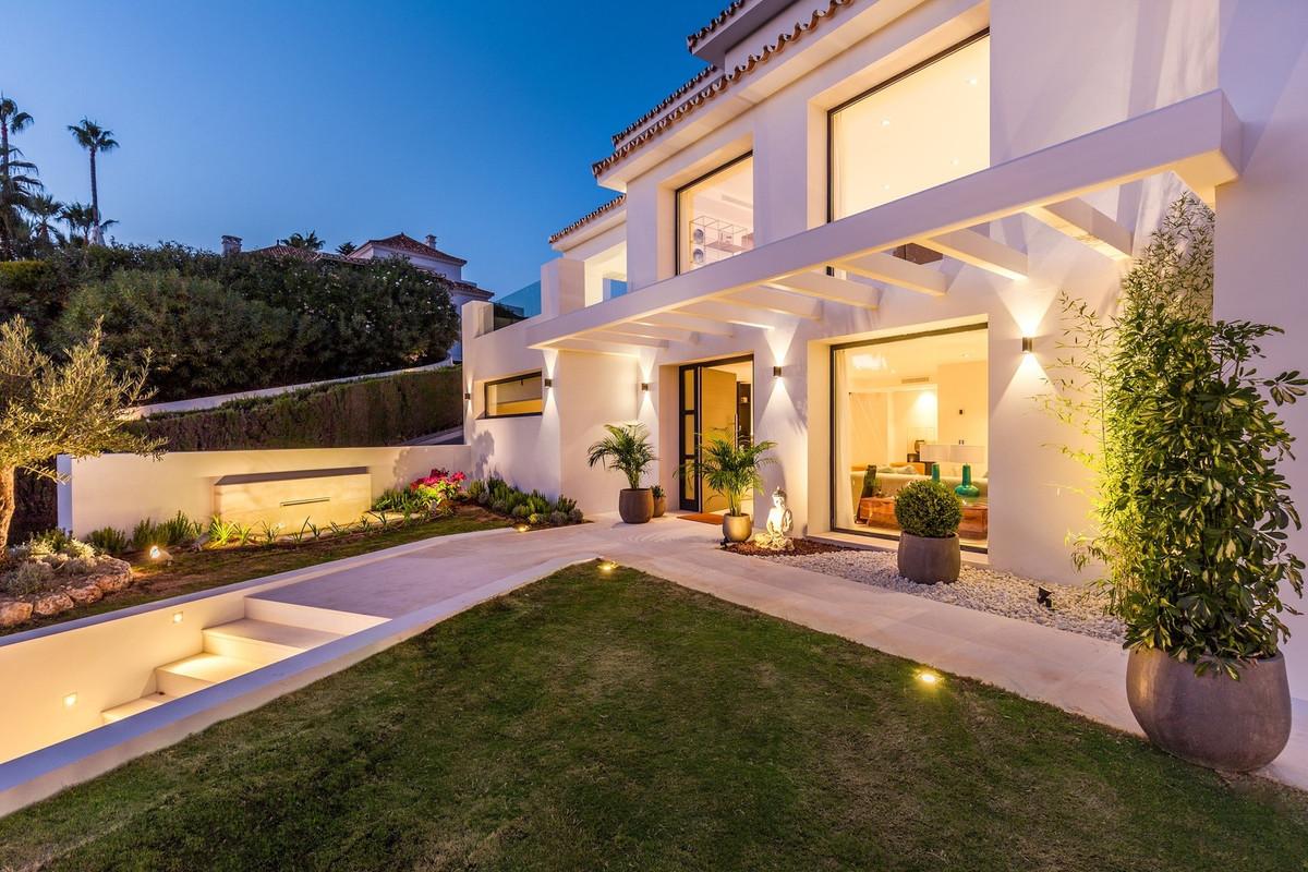 Detached Villa in Nueva Andalucía R3041555