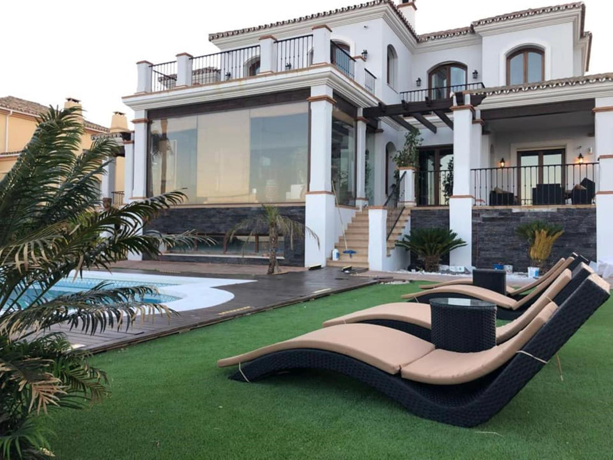 Villa 6 Dormitorios en Venta Manilva