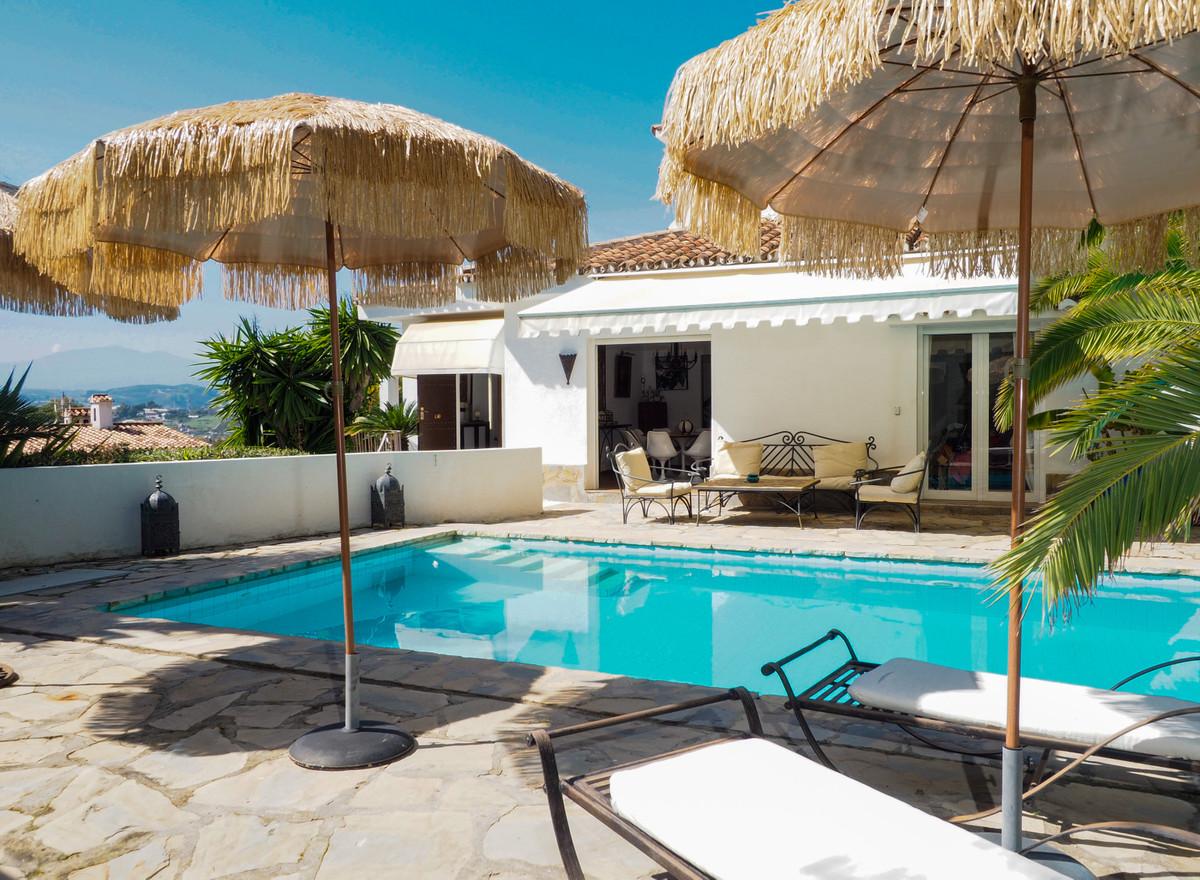 Detached Villa for sale in Nueva Andalucía R3811003