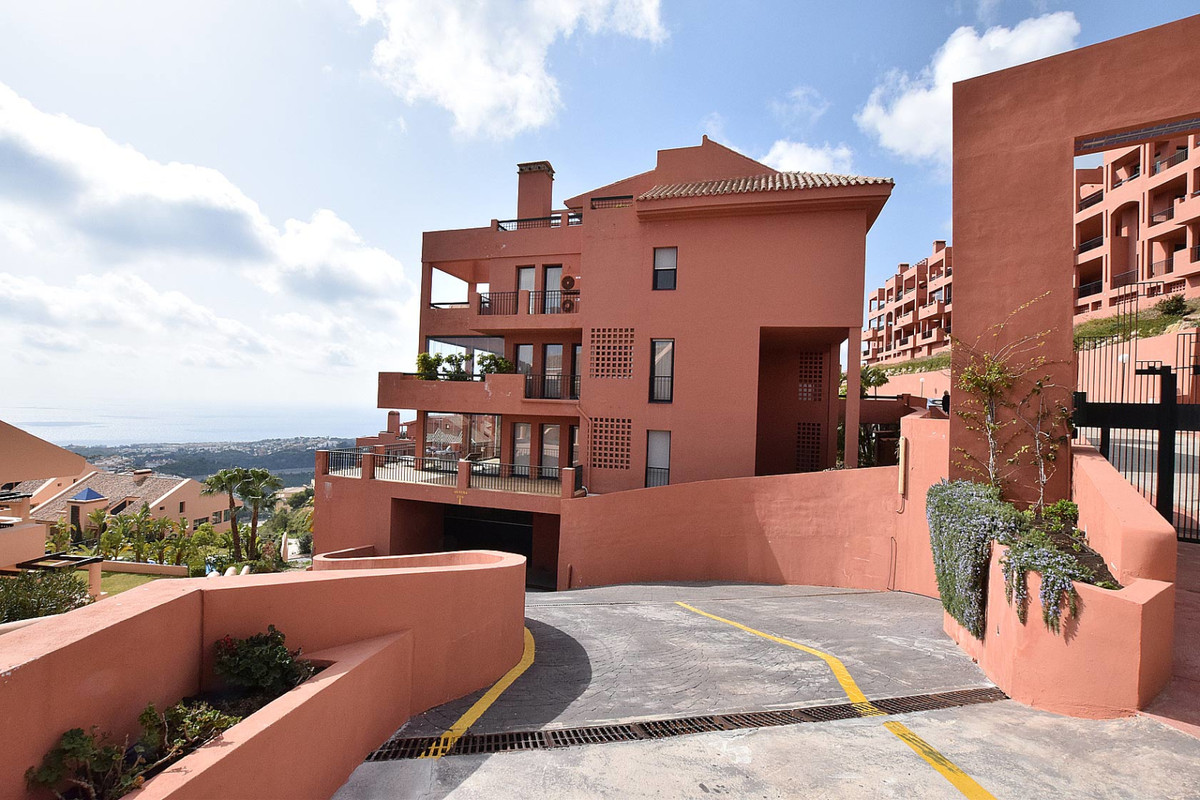 Modern very sunny apartment in excellent condition, with sea views and located in a very well-kept u,Spain