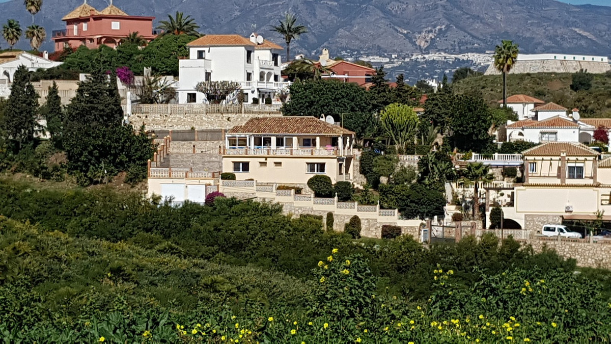 A well presented 4 bedroom, 2.5 bathroom mature, detached villa set in an elevated position on the o,Spain