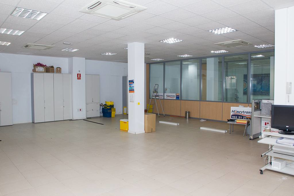 Spacious commercial premises with more than 400 square meters, located near the Maria Zambrano train,Spain