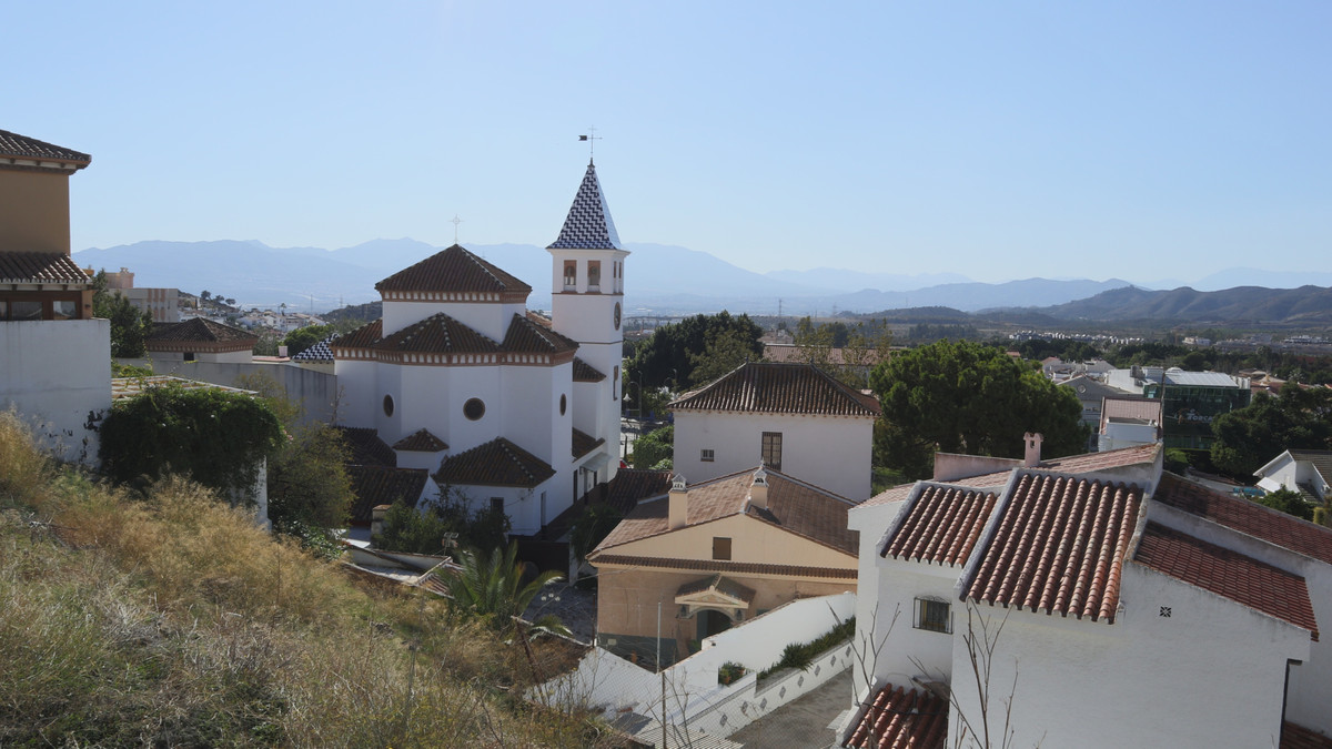 MALAGA EL ATABAL - A spacious 6 bedroom, 3 bathroom townhouse with private heated pool.   Located in,Spain