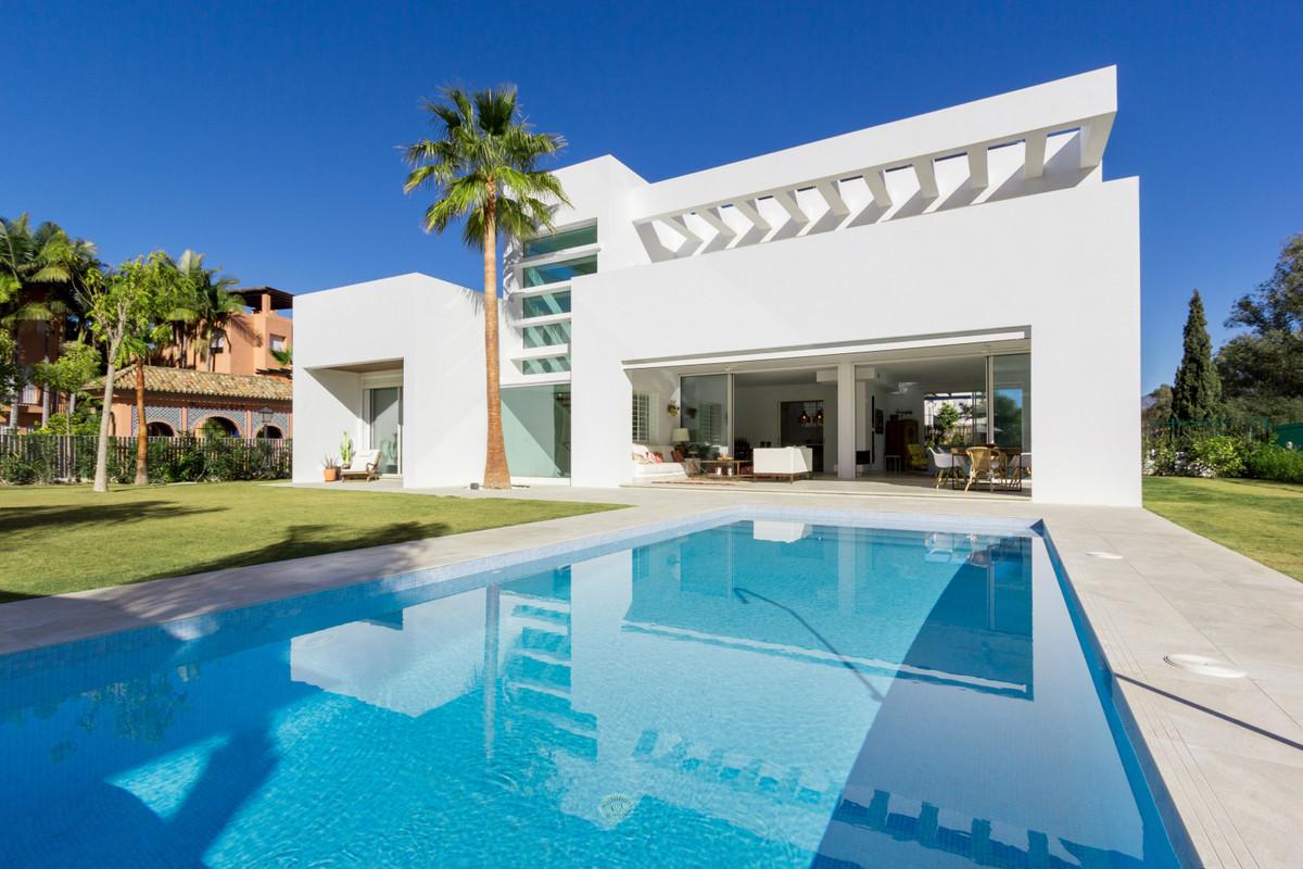 Villa, Detached  for sale    in Guadalmina Baja