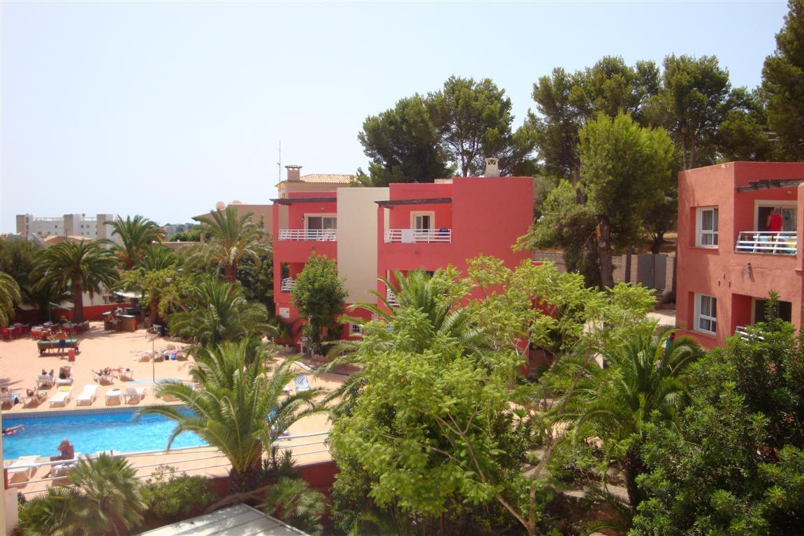 Hotel** en Palma Nova (Calvia) dispone  de 86 habitaciones dobles y  12 apartamentos de 1 dormitorio,Spain