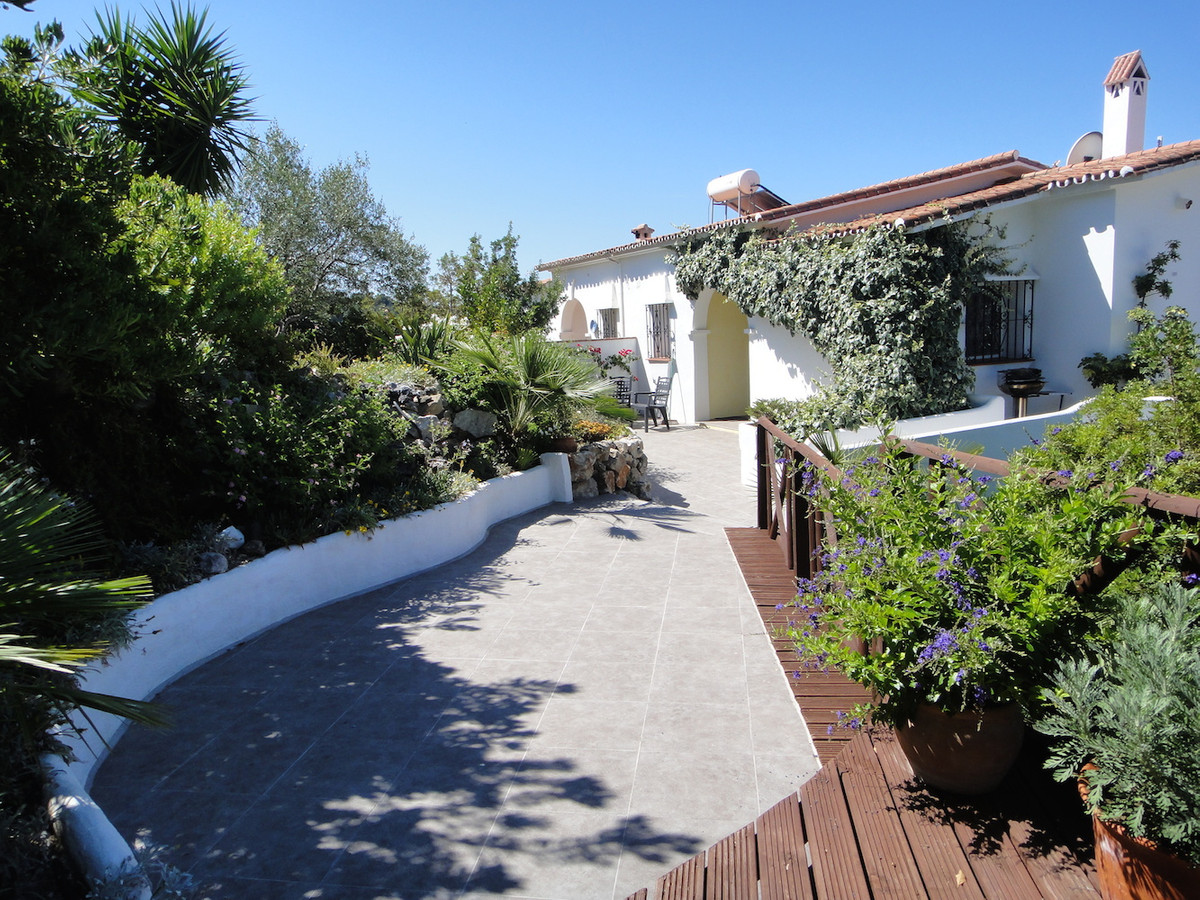 Charming semi-detached villa on two levels, with spectacular views of the lake, the Mediterranean an,Spain