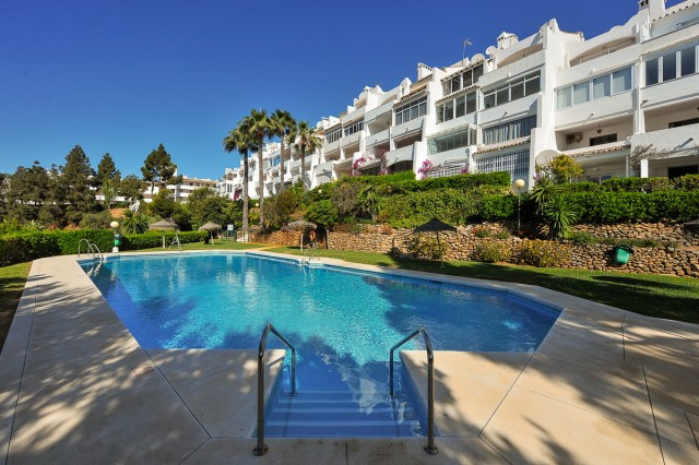 This is a delightful ground floor apartment inside a gated and well maintained complex in Calahonda,Spain