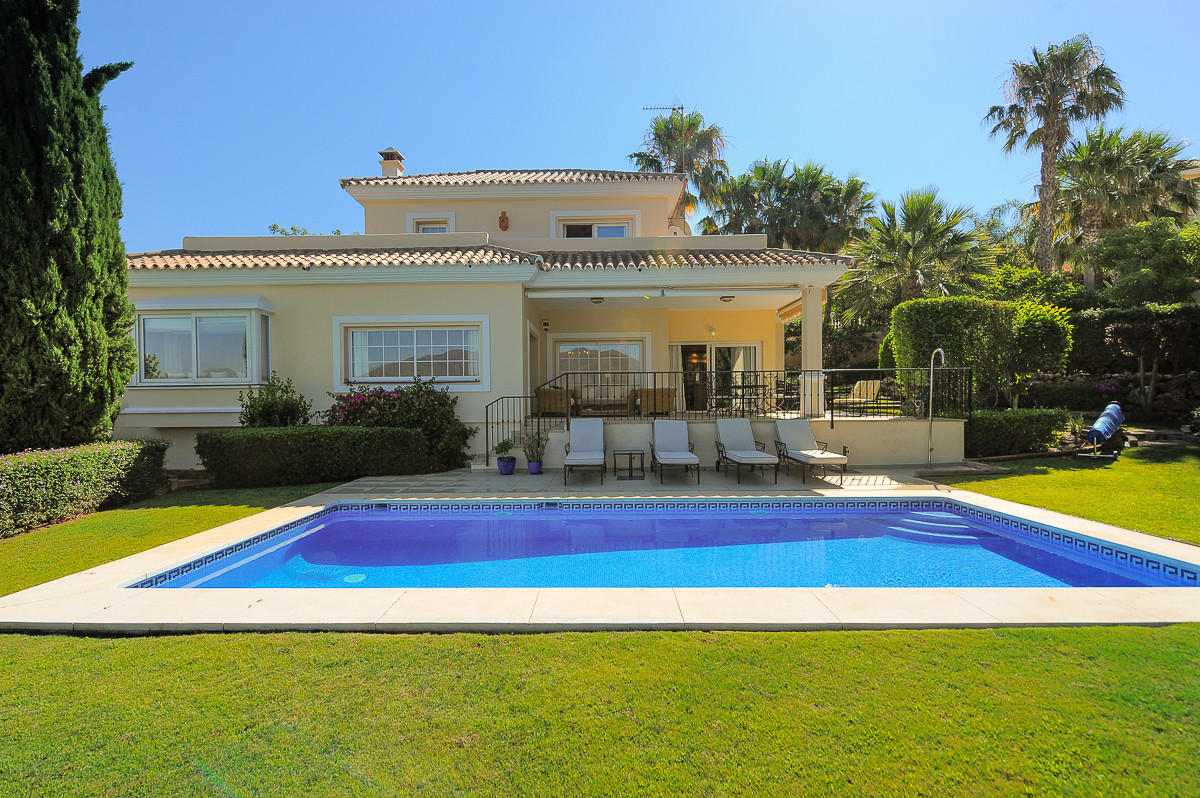 Originally listed at 900,000 € now reduced to 699,000 €  Impressive villa in the sought after urbani,Spain