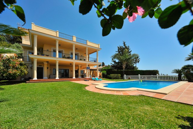 A stunning villa in La Sierrezuela consisting of five bedrooms, five full bathrooms, a guest toilet,,Spain
