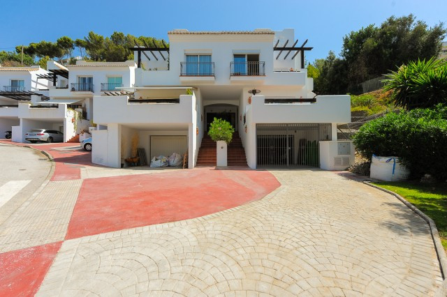 Beautiful townhouse inside an established urbanisation near the picturesque village of Istan. The pr,Spain