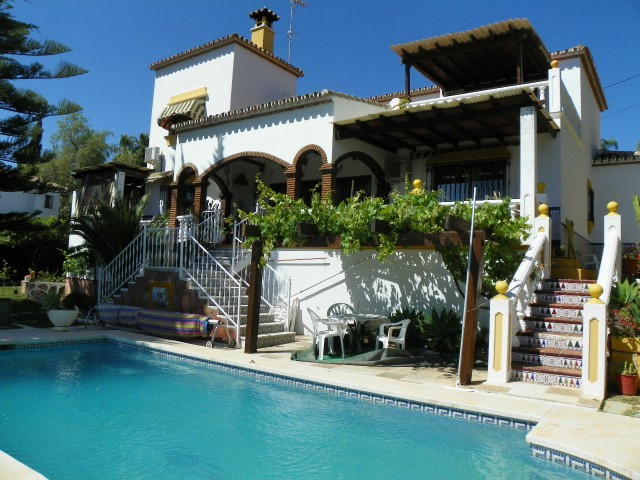 Villa, Urbanization, Fitted Kitchen, Parking: Carport, Pool: Private, Garden: Private, Facing: South,Spain
