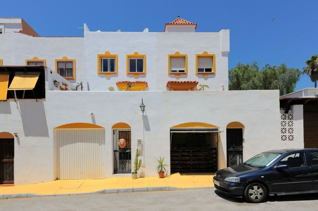 This is a lovely townhouse in a housing area with parks, swimming pool and tennis court inside a res,Spain