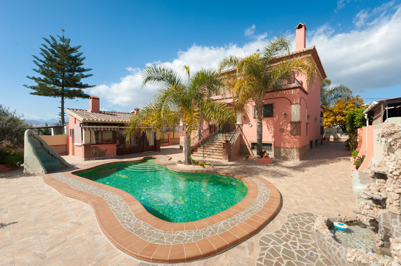 Originally listed for 875,000€, recently reduced to 565.000 €. Fantastic villa with 4 bedrooms locat,Spain