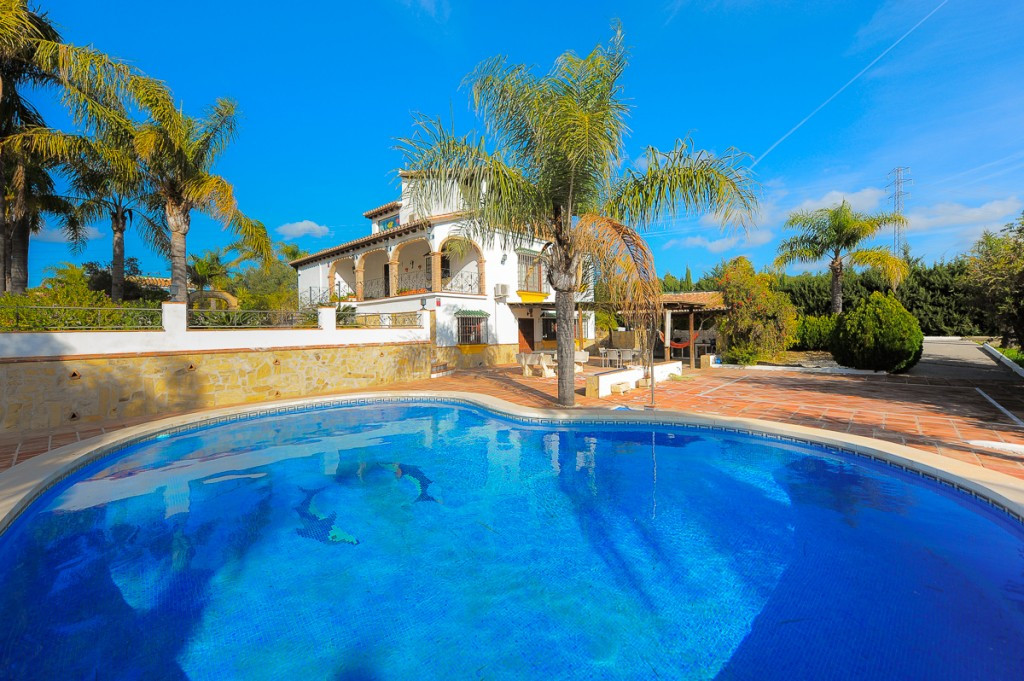 Impressive finca in Alhaurin el Grande. Located in a very quiet and private area in the countryside ,Spain